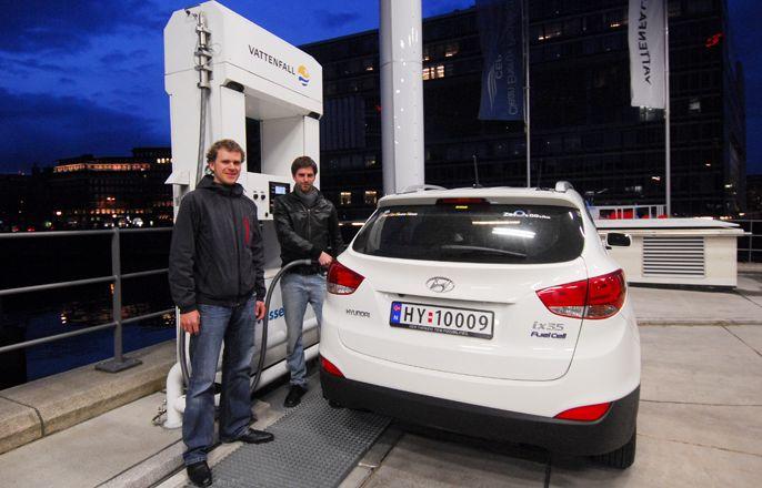 Daniel Hustadt (Vattenfall-Ingenieur) und Marius Bornstein (Zero) tanken in Hamburg
