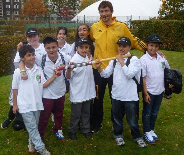 Hockey-Star Tobias Hauke mit begeisterten Mittagskindern