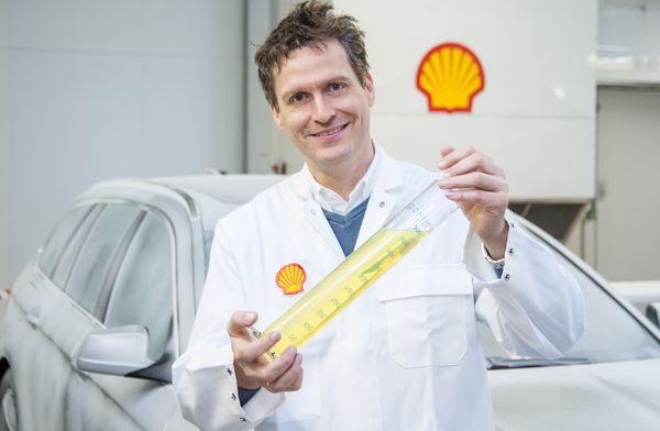 Dr. Andreas Schäfer zeigt den neuen Shell V-Power Diesel