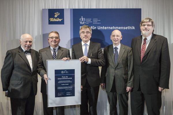 Prof. Dr. Horst Steinmann (DNWE), Dr. Markus Conrad (CEO Tchibo), Achim Lohrie (Tchibo), Prof. Dr. Josef Wieland (DNWE), Prof. Dr. Albert Löhr (DNWE)