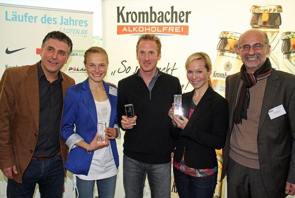 Anna Hahner (2.v.l.), Jan Fitschen (Mitte) und Ilka Groenewold (2.v.r.) mit Frank Lebert, Geschäftsführer der DLP (links) und Dr. Franz-Josef Weihrauch, Pressesprecher der Krombacher Brauerei (rechts)