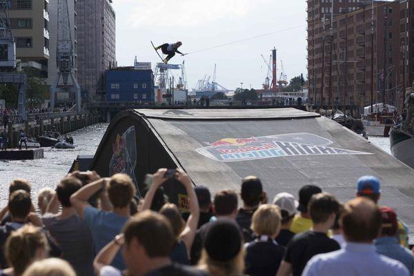 Hamburg: Wakeboarder in der Hafencity