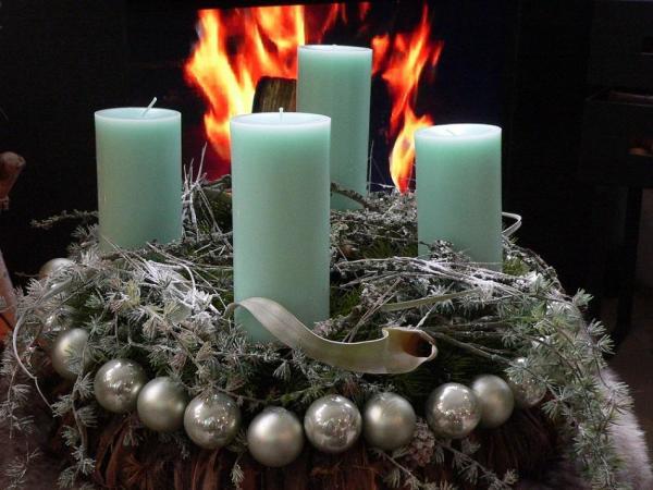 Adventskranz mit türkisfarbenen Stumpen-Kerzen in RAL-Qualität. Foto Gütegemeinschaft Kerzen