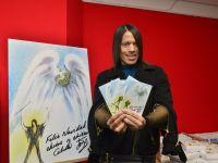 Jorge González präsentiert seine Weihnachtskarte für Hamburg Leuchtfeuer.