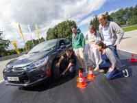 Gruppe junger Fahrer beim Fahrsicherheitstraining
