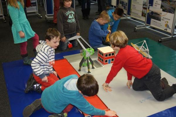 Die Kinder bauen das Hafenmodell auf