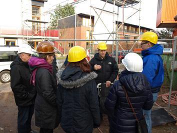 Kolja Winkler (mitte) diskutiert mit Bauexperten von der Hamburger Behörde für Stadtentwicklung