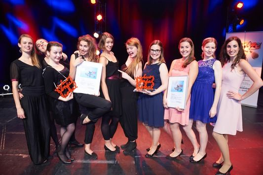 """Die 1. Preisträger des Jugend kulturell Förderpreises 2015 """"A Cappella"""": Sjaella aus Leipzig (links) und dezibelles aus Zürich (rechts)"""