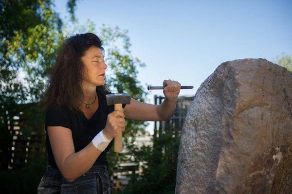 Die Bildhauerin Franziska Seifert bei der Arbeit