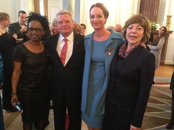 Gleich zwei prominente Botschafterinnen der Kindernothilfe wurden heute in Berlin von Bundespräsident Joachim Gauck mit dem Verdienstkreuz der Bundesrepublik Deutschland ausgezeichnet: Schauspielerin Natalia Wörner und Moderatorin Shary Reeves.