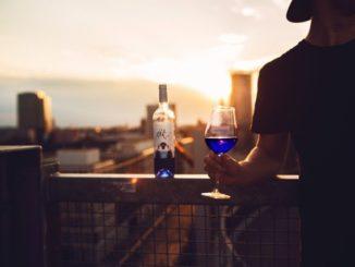 Blasphemisch genannt: Der weltweit erste blaue Wein erreicht den deutschen Markt