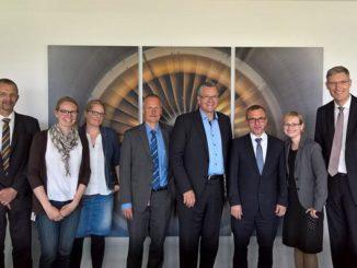 Nun Outsourcing-Partner: Hamburg Airport, Airsys und arvato Systems bei der Vertragsunterzeichnung