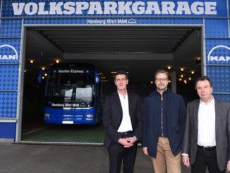 Sportdirektor Jens Todt (HSV), Hartmut Sander (Leiter Brandmanagement MAN), Vorstandsvorsitzender Heribert Bruchhagen (HSV)