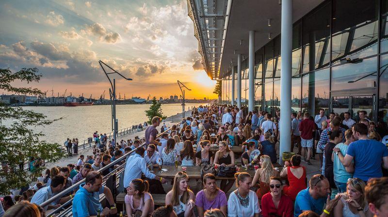 Ein herrlicher Sommerabend an der Elbe - die SunsetLoungeEin herrlicher Sommerabend an der Elbe - die SunsetLounge