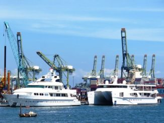 Der Hamburger Hafen mit seinen Schiffen und Werften ist einer der touristischen Hotspots