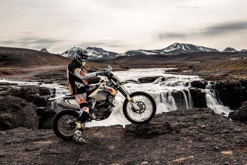 Auf aktuellen Husqvarna Enduro-Motorrädern geht es auf rauen Pfaden durch Island