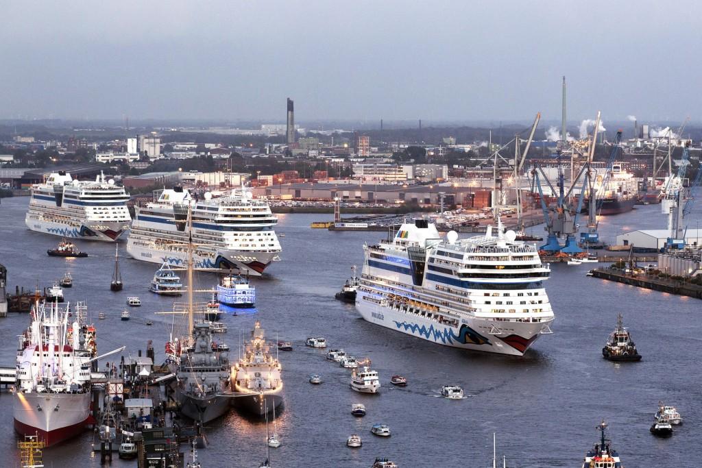 AIDAblu, AIDAsol und AIDAluna bei der Schiffsparade zur Taufe von AIDAmar am 12. Mai 2012 in Hamburg