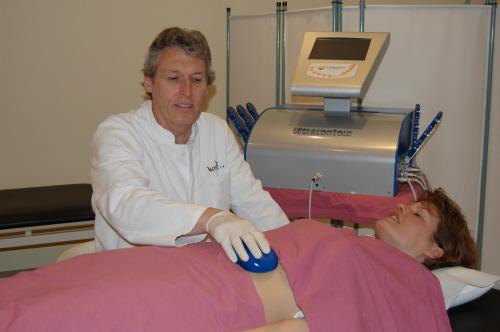 Dr. Trettel bei der Fettreduzierung per Ultraschall