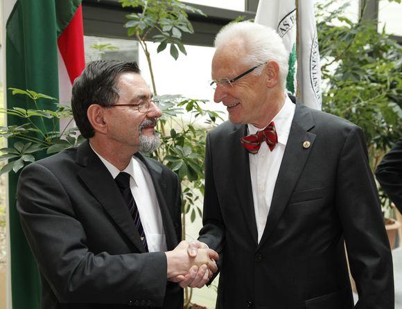 Prof. Dr. goston Szél, Rektor der Semmelweis Universität, Dr. Jörg Weidenhammer, Geschäftsführer der Asklepios Medical School GmbH