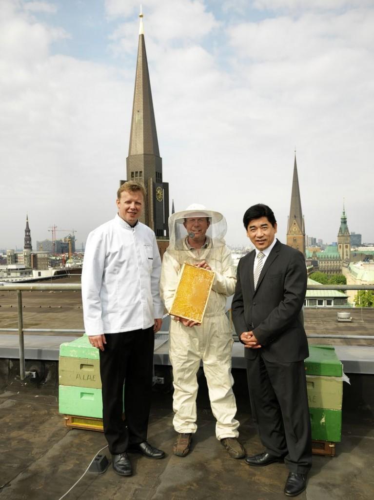 Küchendirektor Andreas Bärenklau, Imker Michael Bauer und Hoteldirektor Tashi Takang
