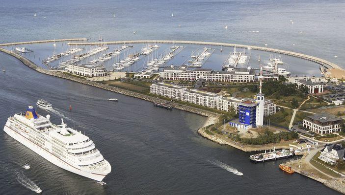 MS Europa macht gegenüber der der Yachthafenresidenz Hohe Düne in Warnemünde fest