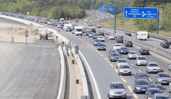 Volle Autobahnen, Baustellen und Stau