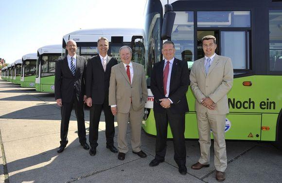 Geschäftsführer Jens-Michael May (Jasper GmbH & Süderelbe Bus GmbH), Staatsrat Andreas Rieckhof , HHA-Vorstandsvorsitzender Günter Elste, Hans Ramér (Director Volvo Busse Area Central) und Günter Kallus (Geschäftsführer Volvo Busse Deutschland)