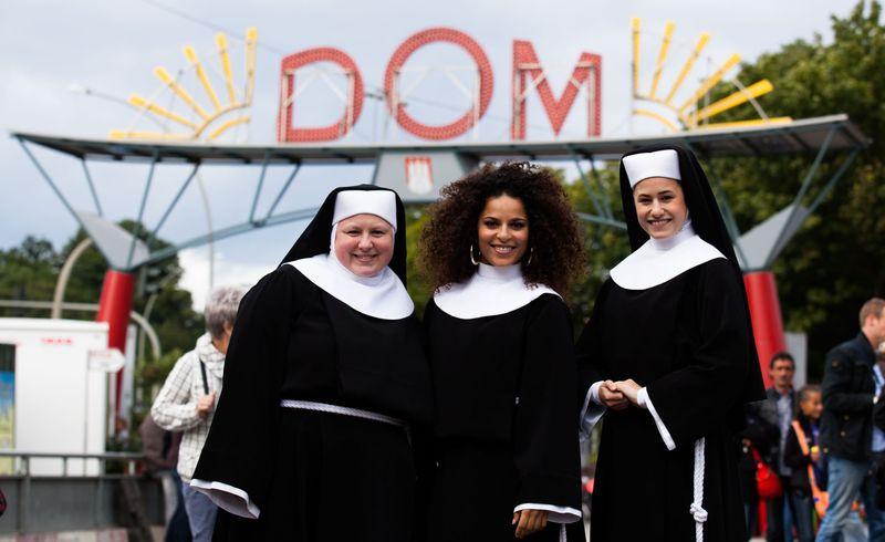 Besucher vom Musical Sister Act auf dem Hamburger Dom