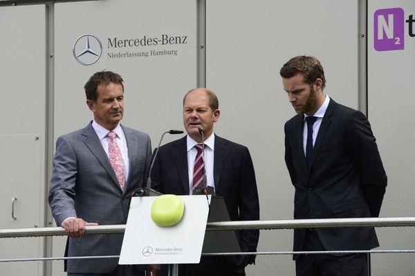 Bernd Zierold (Leiter der Mercedes-Benz Niederlassung Hamburg), Olaf Scholz (Erster Bürgermeister der Freien und Hansestadt Hamburg) und Andreas Exler (Geschäftsführer N2telligence) vor der stationären Brennstoffzelle der Mercedes-Benz Niederlassung Hamburg