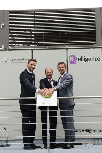 Andreas Exler (Geschäftsführer N2telligence), Olaf Scholz (Erster Bürgermeister der Freien und Hansestadt Hamburg) und Bernd Zierold (Leiter der Mercedes-Benz Niederlassung Hamburg) bei der symbolischen Inbetriebnahme der stationären Brennstoffzelle der Mercedes-Benz Niederlassung Hamburg