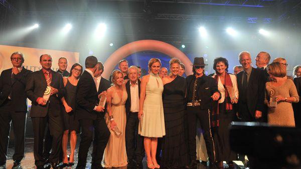 Finales Gruppenfoto auf der Bühne beim Deutschen Radiopreis 2012
