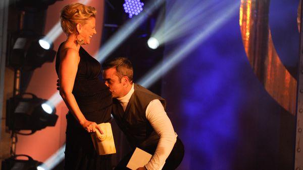 Robbie Williams küsst den Bauch von Moderatorin Barbara Schöneberger