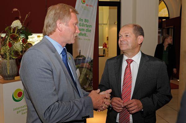 Heiner Baumgarten, Geschäftsführer der igs 2013 und Olaf Scholz, Hamburgs Erster Bürgermeister.