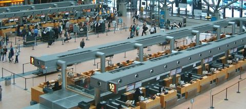 Hamburg Airport, Terminal 2, Abflugebene: In Reihe 10 ist LOT.