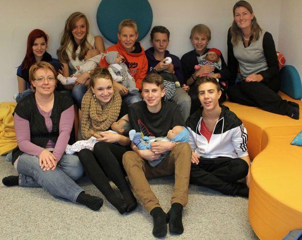 Schüler mit Organisatorin Birte Nikisch