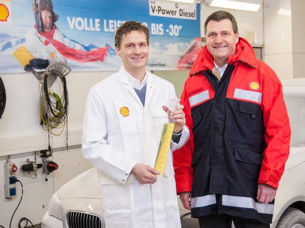 Dr. Andreas Schäfer und Jörg Wienke zeigen den neuen Shell V-Power Diesel