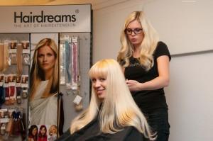 Hairdreams Trainerin Sarah Zirpins mit Haarmodel