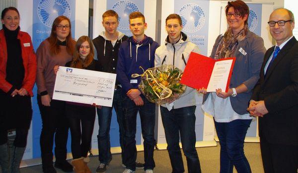 Ties Rabe mit den Siegern von der Stadtteilschule Bergedorf