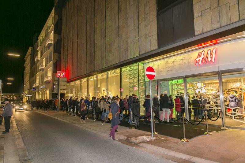 Grazia-Leserinnen warten vor dem Store auf Einlass