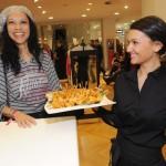 Chantal de Freitas genießt das Fingerfood