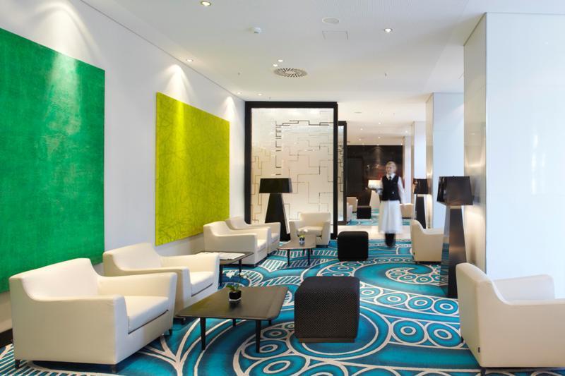 Loungebereich im Radisson Blu Hotel in Hamburg