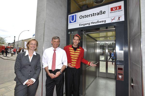 Ulrike Riedel, Hochbahn-Vorstand, Dr. Torsten Sevecke, Bezirksamtsleiter Eimsbüttel, Liftboy