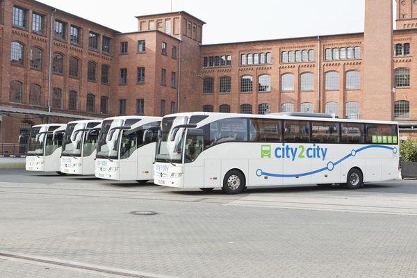 Fernbus fährt Hamburg an
