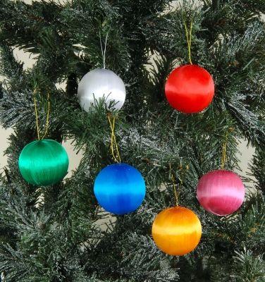 Weihnachtsbäume schmücken für den guten Zweck