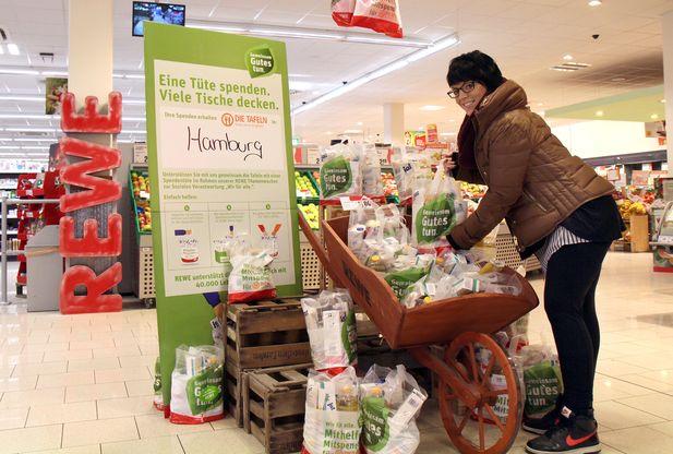"""Aktion """"Mithelfen. Mitspenden."""" in einem Rewe-Markt in Hamburg"""