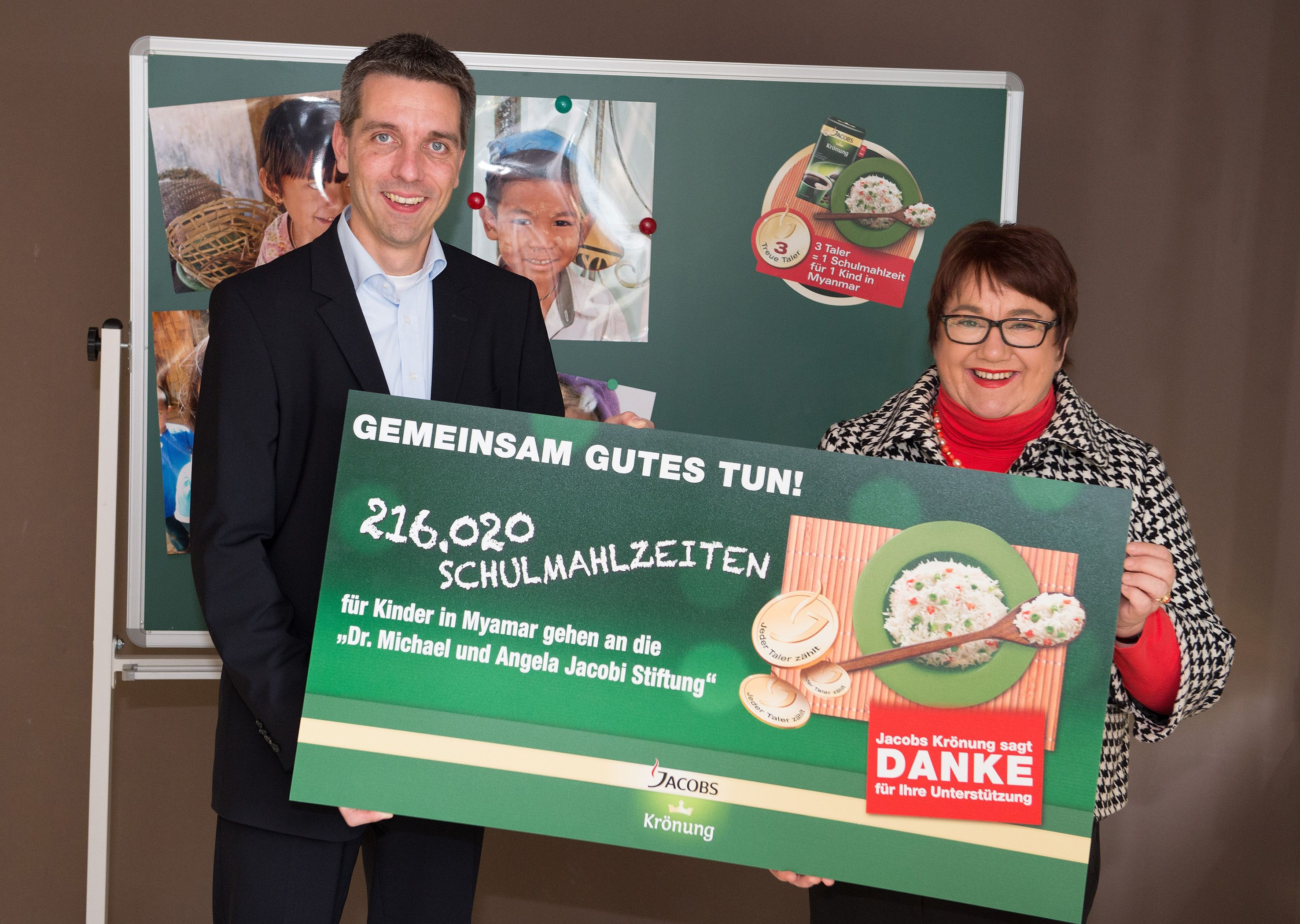 Jens Mielke, Marketingleiter Jacobs Krönung, einen symbolischen Scheck an Angela Jacobi