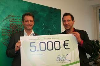 Scheckübergabe Hamburg Kidz e.V.: Stephan Esch, IT-Vorstand der freenet AG, und Ingo Frank Effing von Hamburg Kidz e.V.