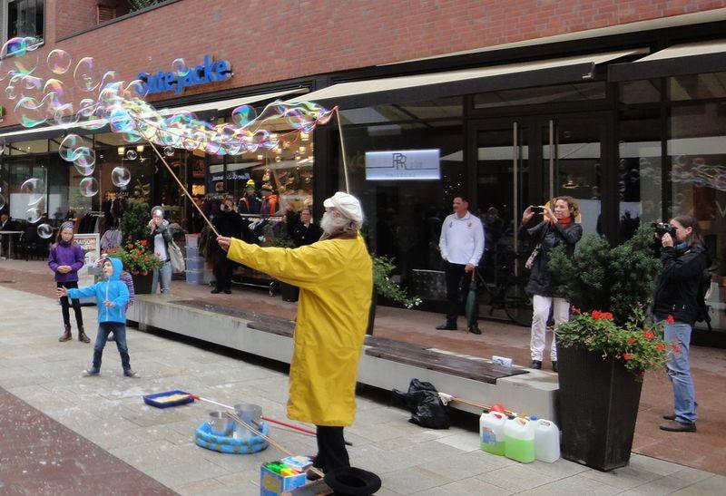 Andrzej Woronowicz präsentiert beim Neujahrsshopping seine Seifenblasenkunst