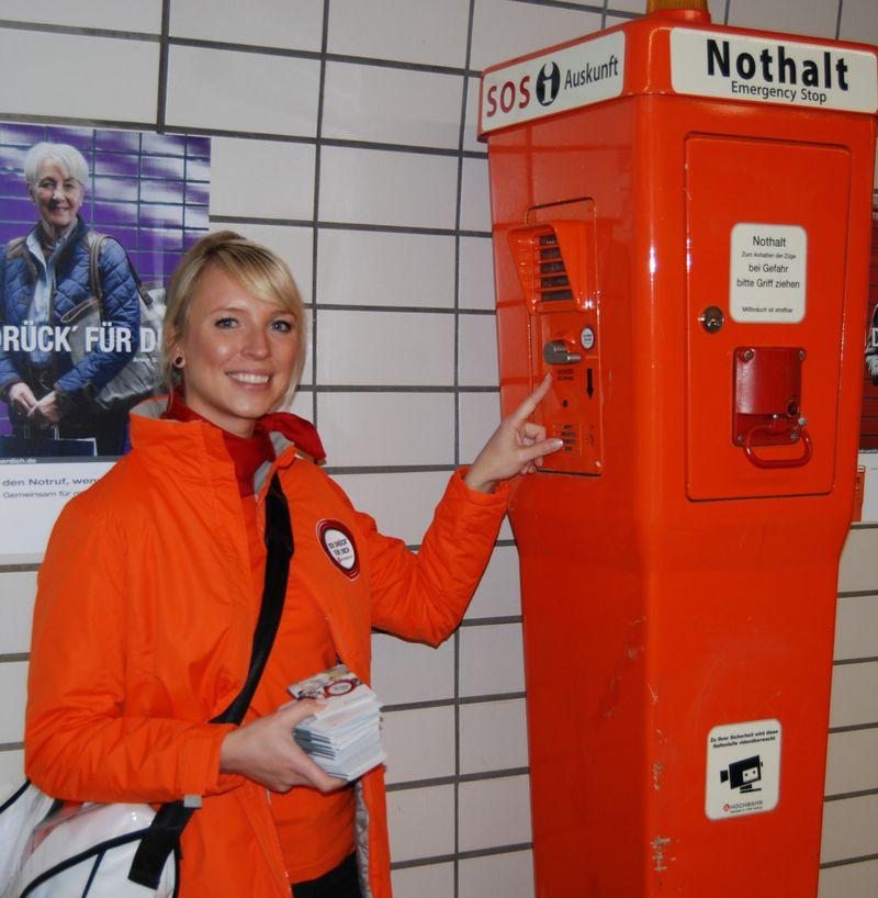 Hochbahn: Stewardessen sind unterwegs