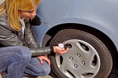 Vor jeder Urlaubsfahrt ein Muss: der Reifencheck